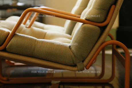 横から見るクッションのある木製の椅子の写真素材 [FYI00889207]