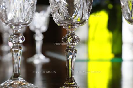 緑色の光とワイングラスの写真素材 [FYI00889210]