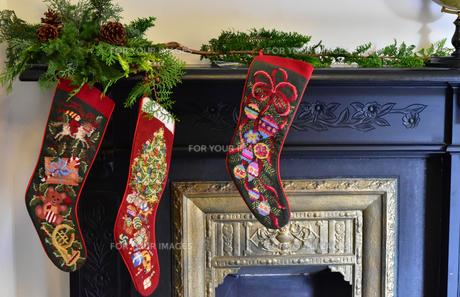 クリスマスの部屋の暖炉と靴下の飾りの写真素材 [FYI00889328]