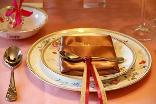 食卓の食器とナプキンの写真素材 [FYI00889346]