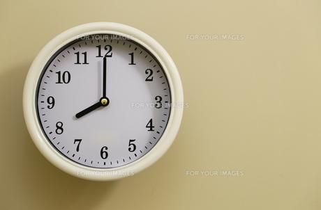掛け時計の時間が8時0分の写真素材 [FYI00889353]