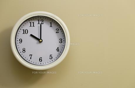掛け時計の時間が10時0分の写真素材 [FYI00889358]