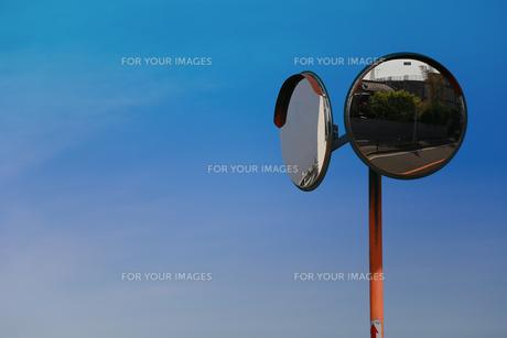 青空と道路脇のカーブミラーの写真素材 [FYI00889367]