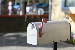 家の玄関の郵便ポストの写真素材 [FYI00889373]