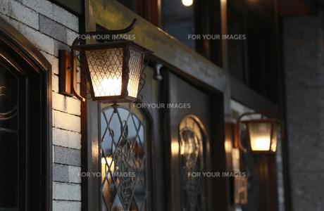 街の建物の壁の街灯の灯りの写真素材 [FYI00889374]