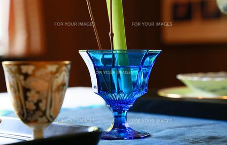 花瓶に使われている青色のガラスの器の写真素材 [FYI00889384]