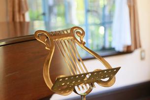 音楽記号の形の楽譜台の写真素材 [FYI00889390]