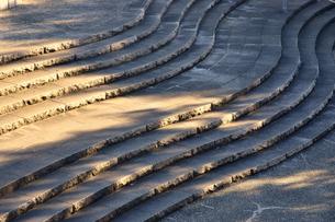 陽の照らす公園の波模様の階段の写真素材 [FYI00889584]
