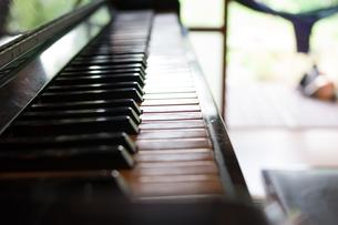 古民家とピアノの写真素材 [FYI00889637]