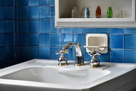 青い壁の洗面所の写真素材 [FYI00889714]