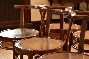 部屋の木製の丸い椅子の写真素材 [FYI00889715]