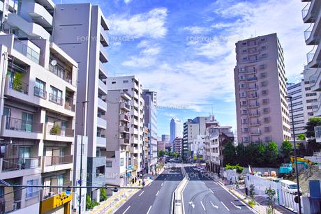 白金高輪の白金一丁目交差点から三田方面の風景の写真素材 [FYI00889910]