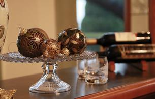 部屋にあるワインボトルと玉の飾りの写真素材 [FYI00889930]