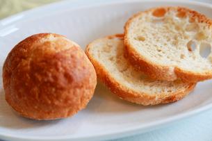 皿の上の丸いパンとスライスされたパンの写真素材 [FYI00889932]