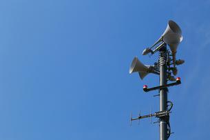緊急放送用のスピーカーと青空の写真素材 [FYI00889933]
