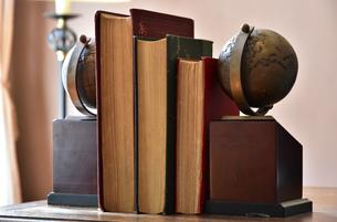 書斎の机の上の本と地球儀のブックエンドの写真素材 [FYI00889940]
