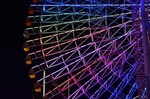 色々な光に照らされた観覧車の夜景の写真素材 [FYI00889944]