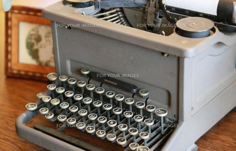 書斎の机の上の古いタイプライターーの写真素材 [FYI00889951]