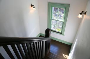 家の階段の踊り場の窓と壁の灯りの写真素材 [FYI00889952]