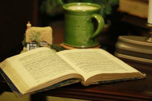 テーブルの上の読書中の風景の写真素材 [FYI00889955]