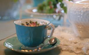 テーブルの上のお茶用のカップとポットの写真素材 [FYI00889957]