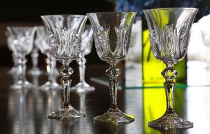 テーブルの上のアルコールのグラスの写真素材 [FYI00889959]