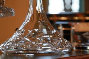 テーブルの上のガラスの水差しの写真素材 [FYI00889971]