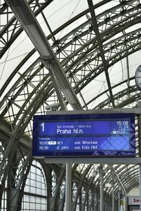 ドレスデン中央駅の案内板(プラハ行き)の写真素材 [FYI00890035]