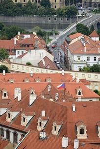 チェコ・プラハ歴史地区(マラー・ストラナ越しのマーネス橋)の写真素材 [FYI00890105]