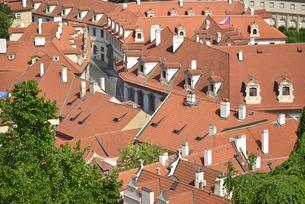 チェコ・プラハ歴史地区(マラー・ストラナに連なる屋根)の写真素材 [FYI00890108]