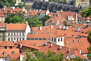 チェコ・プラハ歴史地区(マラー・ストラナ越しのカレル橋)の写真素材 [FYI00890111]