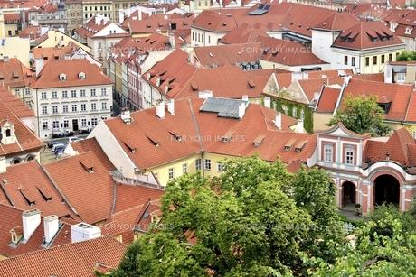 チェコ・プラハ歴史地区(マラー・ストラナに連なる屋根)の写真素材 [FYI00890115]