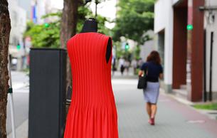 街の歩道に飾られた赤い色の服の写真素材 [FYI00890149]