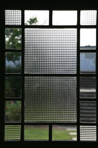 部屋の模様のある窓ガラスの写真素材 [FYI00890152]