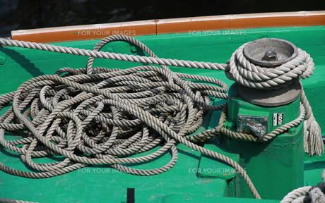 漁船の船首のロープの写真素材 [FYI00890153]