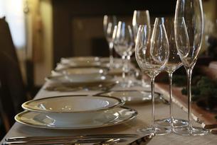 食堂の食事の前の準備風景の写真素材 [FYI00890154]
