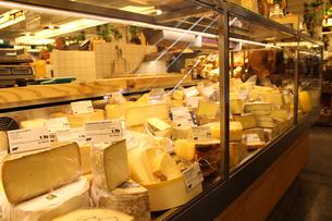 市場のチーズ売り場の写真素材 [FYI00890164]