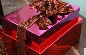 赤色とピンク色のプレゼントの箱の写真素材 [FYI00890725]