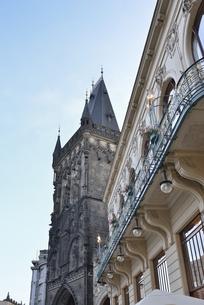 チェコ・プラハ歴史地区(ナ・プリコピエから見た火薬塔)の写真素材 [FYI00891007]