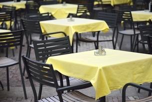 オープン前のカフェ(チェコ・プラハ歴史地区)の写真素材 [FYI00891224]