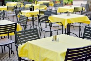 オープン前のカフェ(チェコ・プラハ歴史地区)の写真素材 [FYI00891225]