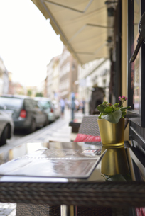 ドロウハ通りのカフェ(チェコ・プラハ歴史地区)の写真素材 [FYI00891227]
