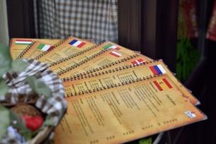 多国語のメニュー(チェコ・プラハ歴史地区)の写真素材 [FYI00891228]