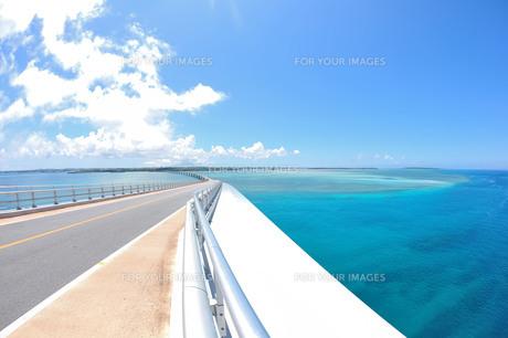 宮古島/伊良部大橋と海の写真素材 [FYI00891419]