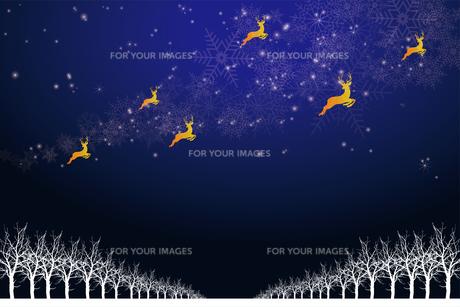 クリスマスのイメージ背景画像 紺色 雪の結晶の天の川と樹氷とトナカイ Christmas imageのイラスト素材 [FYI00891450]