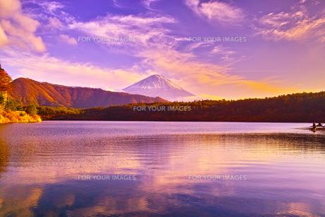 夕方の西湖と富士山と釣り人の写真素材 [FYI00891479]