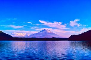 午後の精進湖と富士山の写真素材 [FYI00891481]
