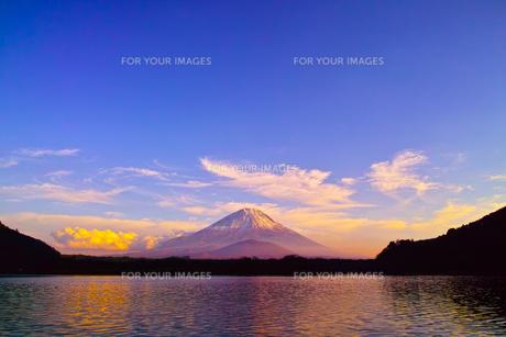 夕方の精進湖と富士山の写真素材 [FYI00891482]