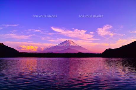 夕方の精進湖と富士山の写真素材 [FYI00891483]