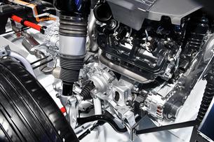 モーターショーの自動車エンジンの写真素材 [FYI00891551]